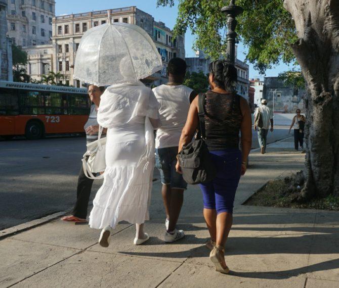 Warum müssen santeros in Kuba immer weiße Kleidung tragen? (Uwe)
